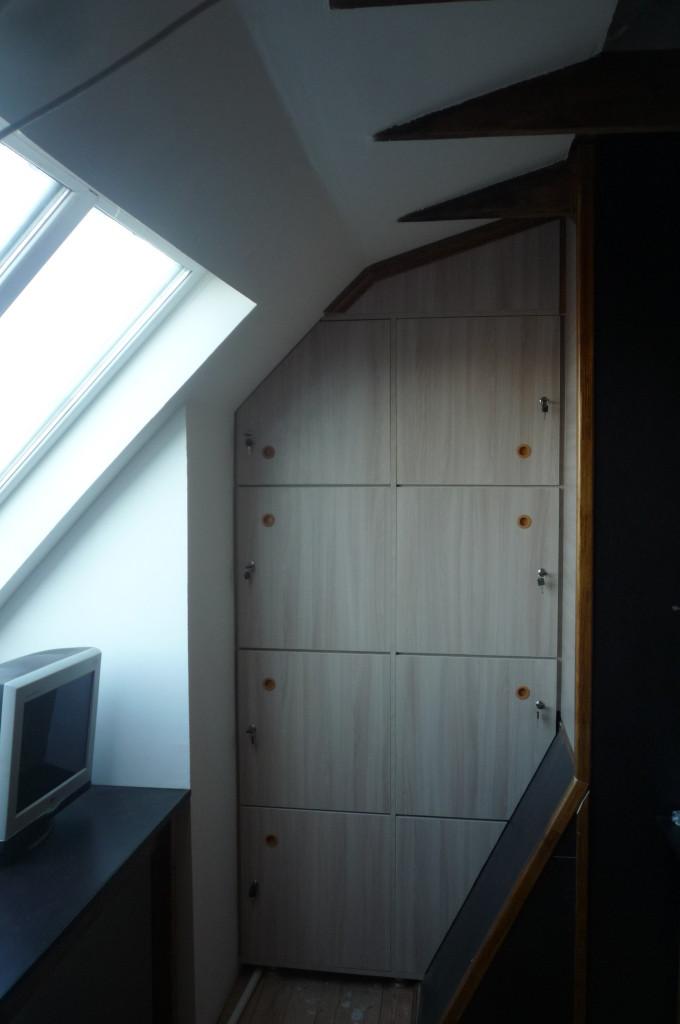 Шкаф с ячейками для рюкзаков.